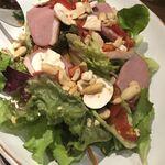 122873981 - 鴨とマッシュルーム、木の実のサラダ