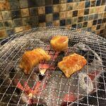 ホルモン肉問屋 小川商店 - ホルモンを焼き始める♪