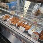 鳥新 本社小売部 - 総菜ショーケース。
