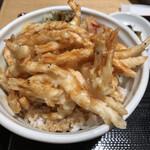 122910363 - カラッと揚がった白えび天ぷらはアツタ熱々、サクサクして甘辛なタレがかかり美味いですね。烏賊天ぷらにブロッコリーの天ぷらに人参天ぷら付き。ご飯も美味い!