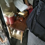 122910558 - 目の前の棚に置かれているのがお土産