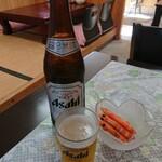 122910735 - 瓶ビールと突き出し