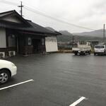 手打ち中華そば 侍 - 10台くらい駐められる専用駐車場あり