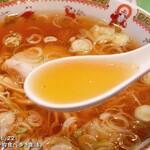 新華園本店 - 透明度の高い琥珀スープ