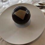 122928790 - サンサシオン ユルティム。ビターチョコにホワイトチョコのパーツをはめた、白黒のビジュアルが新鮮!