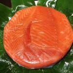 魚づ鱒寿し店 - 笹を開けたら鱒が見えます 綺麗な色♡