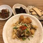 叙序圓 - 小皿は左から、肉味噌、木耳の甘酢漬け、豆腐の味噌漬け…