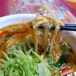 広東飯店 美香園 - 麺は細めでコシがあり、どこか懐かしい風味があるもの。食感の良い野菜が丼を盛り立てる