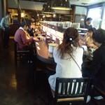亀正くるくる寿司 - 店内です。日本人多いでしょ!