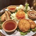CHOMPOO - 前菜盛合せ:サイウアガイトート(ハーブの辛味唐揚げ)、ポピアソッド(海老とキャベツの生春巻き)、トートマンクン(海老のすり身揚げ)