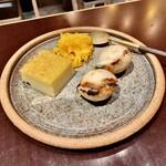CHOMPOO - デザート盛合せ:メットカヌン(緑豆餡とココナッツの菓子)、フォーイ・トーン(溶かし卵とシロップを固めた菓子)、カノム・クロック(ネギの揚げ菓子)