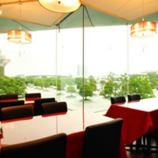 大きな窓の明るい店内でごゆっくりとお食事をお楽しみいただけます!