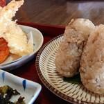 しんちゃんうどん - 定食の天ぷらと、鶏ごはんのおにぎり