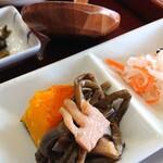 しんちゃんうどん - 定食の小鉢、漬け物