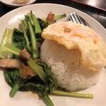ラープタイ - ランチメニュー「パットカナームゥクロップ(カリカリ豚とカイラン炒め)」(780円)