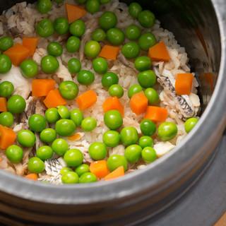 夜のお食事の〆に。真鯛と旬のお野菜の炊き込み土鍋御飯をご用意