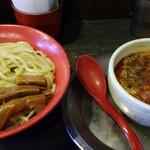 勢拉 - つけ麺(中盛)・極太黒メンマトッピング・辛味増し・ネギ増し(胡椒、一味唐辛子、おろしニンニクいっぱい)