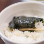 横浜新家系豚骨らーめん まくり家 - スープに浸した海苔で御飯を巻いて☆