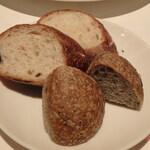 カンブーザ - バケットと丸い胡麻のパン