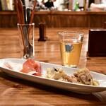 クラフト ワークス - お1人様限定盛り(4種)@650円:[左から]自家製鶏ハム、パルマ産生ハム、ポテトサラダ、鶏肉とキャベツのビネガー蒸し