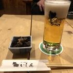 もつ焼き いしん - ・サッポロ黒ラベル(樽生) 500円 お通しの落花生とひじき