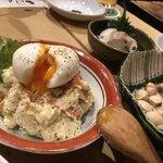 もつ焼き いしん - ・とろ〜り半熟卵のポテトサラダ 490円 ・塩煎り銀杏 500円
