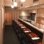 割烹 柊 - カウンター 左側が個室です。