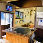 山口お好み屋 - 内観:鉄板をお客さんがコの字に囲んで座れます。