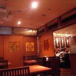 福盈門 - 暗めの照明、ゆったりしたテーブル