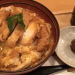 鶏三和 - 鶏かつ丼 880円 (税別) 名古屋コーチン入りつくねコラーゲンスープ・鶏肉団子の小皿付き。無料でご飯大盛り。