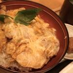 鶏三和 - 名古屋コーチン親子丼 1080円 (税別) 名古屋コーチン入りつくねコラーゲンスープ・梅干しの小皿付き。無料でご飯大盛り。