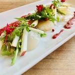 活ホタテ貝の昆布〆カルパッチョ ビーツのソース