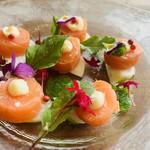 ノルウェー産サーモンのコンフィと小蕪のカルパッチョ 柚子ソース