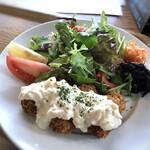 ウォーターサイト.オットー - 牡蠣フライ3個、サラダ、少量のお惣菜2種が盛られています。