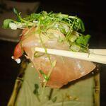 鉄板焼キュイジーヌ バンブー グラッシィ - 豆苗、ミョウガ、ネギ、大葉が乗っていて食べ応えあり。肝心の鰤の脂の乗りは良くないですが、臭みが無くて良かったです。