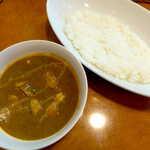 伽哩屋 DEW - マッサマンカレー(並¥700)。14時以降の限定メニュー。作りおきでなく、その都度鍋で炒めて作られる