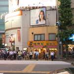 伽哩屋 DEW - 中央通り・第一京浜(国道15号)・昭和通りがクロスする交差点の角。伽哩屋「DEW」