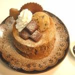 カフェ アリエッティ - 冬のパンケーキ(自家製生チョコとカフェモカ生地のパンケーキ:期間限定エスプレッソアイスのせ)ベリーソース付き
