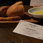 カプチーニ - お替り自由の自家製パンとオリーブオイルオイル