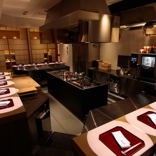 臨場感溢れるライブキッチンに、竹取物語をイメージした特別個室