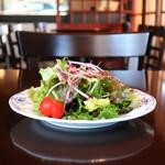 鎌倉 雪ノ茶屋 - 紫大根、レッドマスタード、わさび菜、ミニトマト、レタスミックスのサラダ