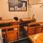日本酒バルどろん - 奥のテーブル席。移動して、最大9−10名様でご利用いただけます。