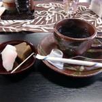 茅 - 料理写真:ブレンドコーヒーと雛餅