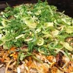 お好み焼・鉄板焼 よっちゃん - お好み焼き(ソバ、イカ、スジ、玉子)九条ネギのせ