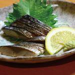 八剣伝 - [炙りしめさば]     新鮮な鯖を火でサッと炙り、ジューシーな身と炙りの薫りを楽しめます。お酒との相性は抜群です♪
