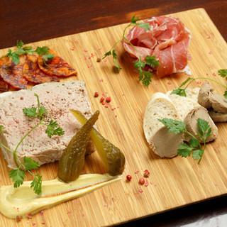 ふっくらとした食感のパテ・ド・カンパーニュは自慢の逸品