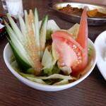 123253524 - 自家製・たまねぎドレッシングが美味しいセットサラダです。