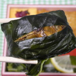 赤玉食堂 - わさびの葉でお寿司を包んでいます