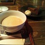 12326834 - カフェラテ(ホット)、ガトーショコラ。ケーキを注文するとドリンクは100円引き。