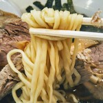 123281263 - 麺は細平打ちコシと伸びがある珍しい麺。スープがよく絡みます!